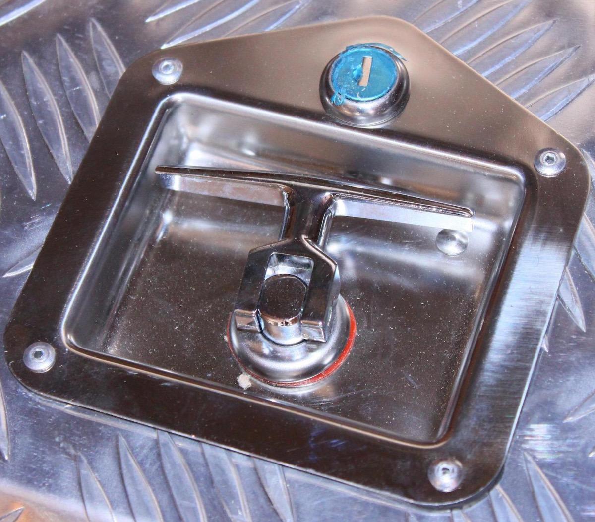 Coffre aluminium rectangulaire avec bac de rangement for Fermeture aluminium
